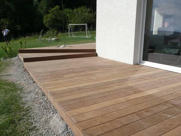 pose de terrasse en bois autour d une piscine